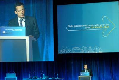 photos de Nicolas Sarkozy en meeting parlant de la sécurité routière
