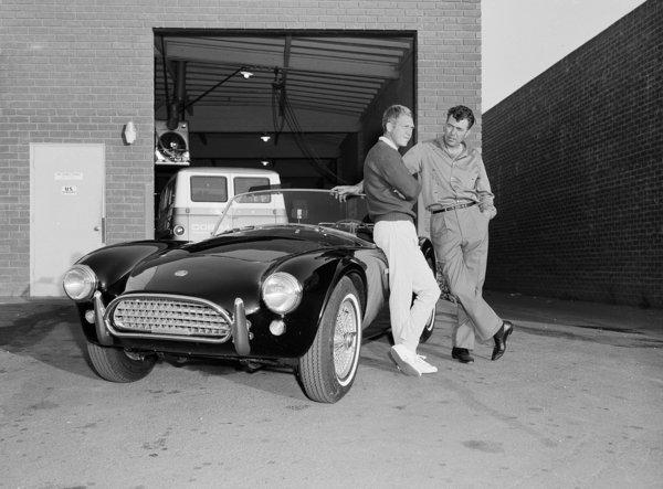Steve McQueen et Carroll Shelby devant le garage  Ford-Cobra de Shelby