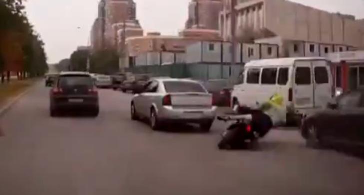 opel-un-conducteur-fait-tomber-un-scooter-volontairement