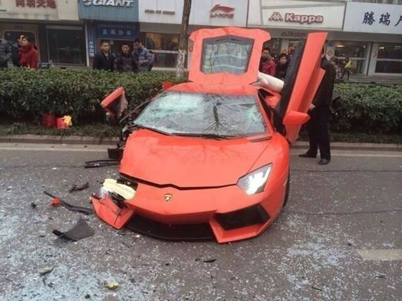 lamborghini-aventador-accident-chine-bus-2014