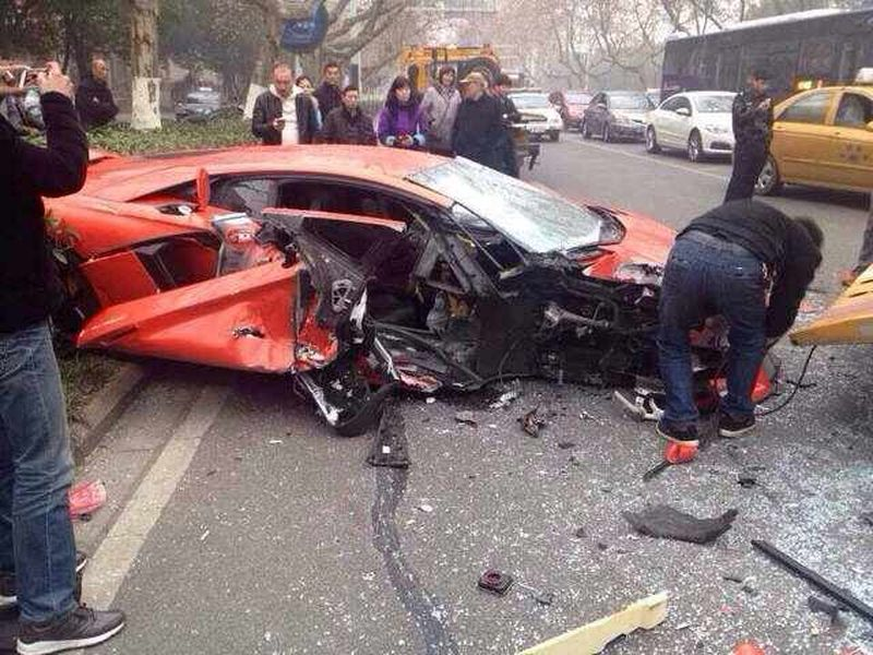 lamborghini-aventador-accident-chine-bus-2014_2