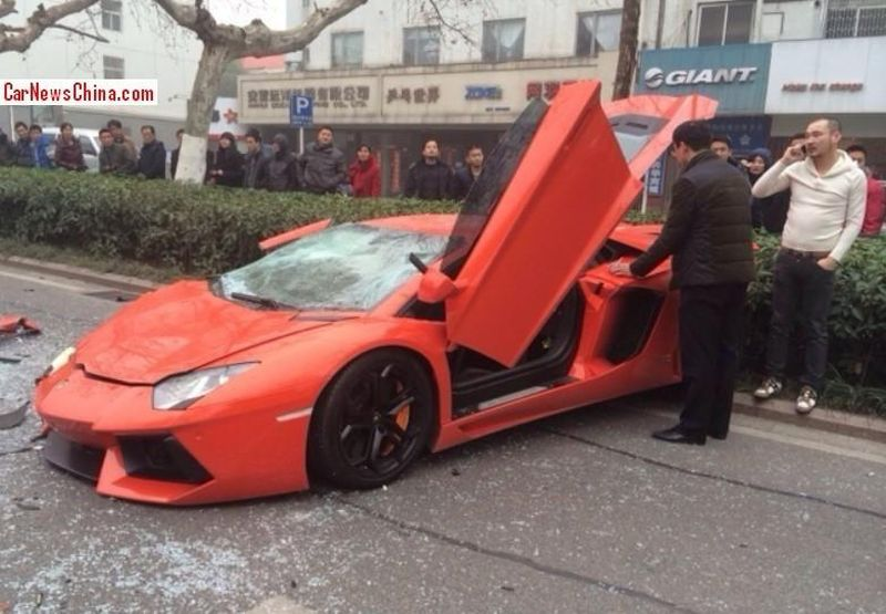 lamborghini-aventador-accident-chine-bus-2014_3