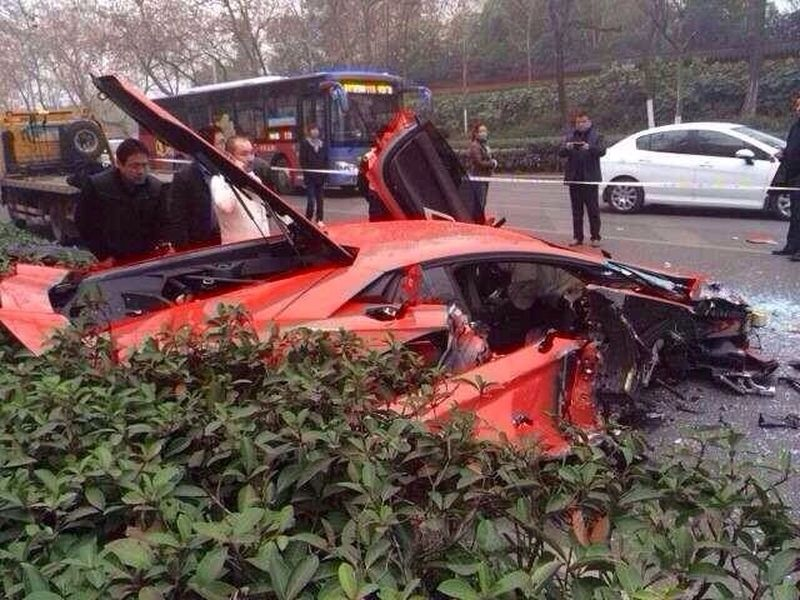 lamborghini-aventador-accident-chine-bus-2014_4