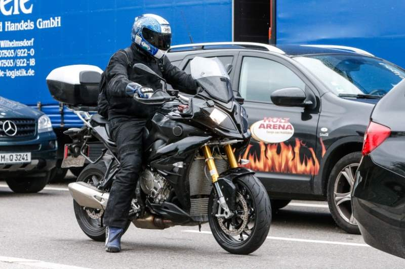 2015-BMW-S1000XR-spyshotz